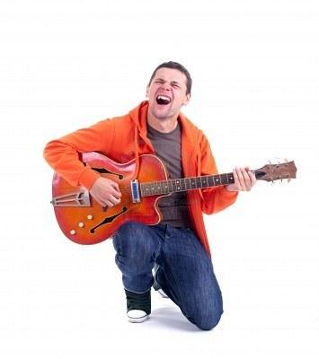 Cantar y tocar la guitarra al mismo tiempo